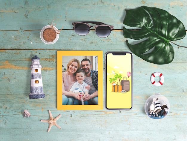 Mockup editable flat lay de marco con elementos de verano PSD gratuito