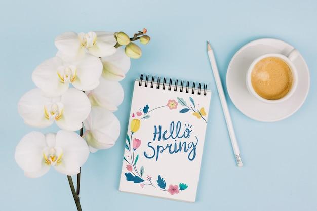 Mockup flat lay de libreta con concepto de primavera PSD gratuito