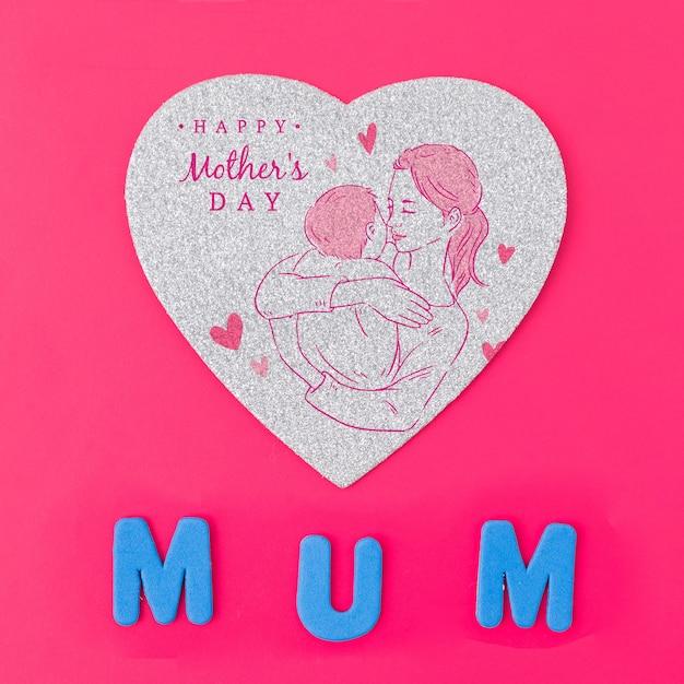 Mockup flat lay de tarjeta en forma de corazón para el día de la madre PSD gratuito