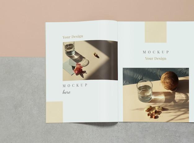 Mockup geopend magazine over grijze en beige achtergrond Premium Psd