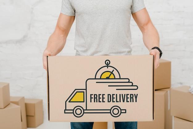 Mockup de hombre con cajas de cartón PSD gratuito