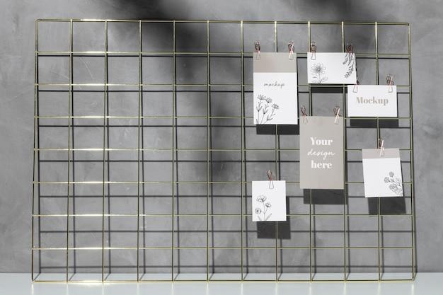 Mockup-kaarten die op het memobord van het raster hangen Gratis Psd