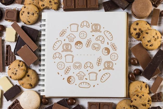 Mockup de libreta cuadrada sobre fondo de chocolate PSD gratuito