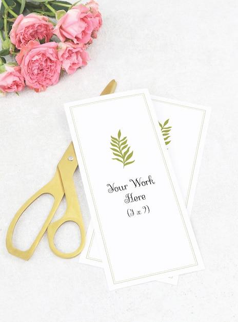 Mockup menu di nozze con forbici d'oro e rose rosa Psd Premium
