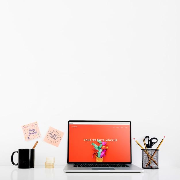 Mockup de página web con portátil en escritorio PSD gratuito