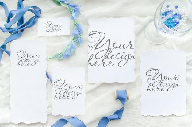 Mockup piatto di nozze con set di carte di carta e nastro blu e corona Psd Premium