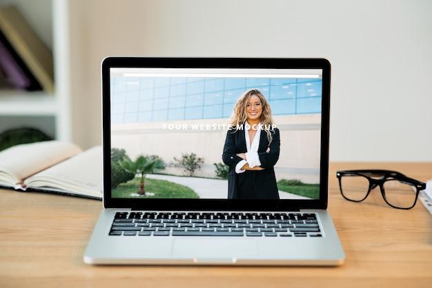 Mockup de portátil en escritorio PSD gratuito