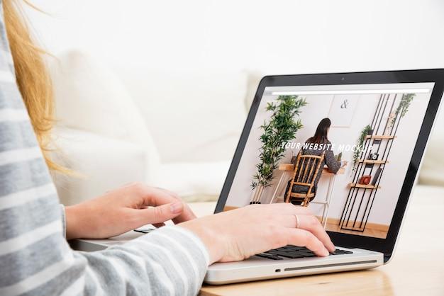 Mockup de portátil con mujer trabajando en casa PSD gratuito