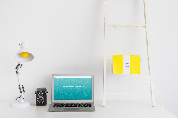 Mockup portatile per la presentazione del sito web con il concetto di ritorno a scuola Psd Gratuite