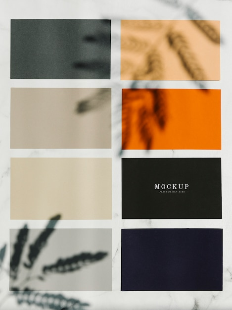 Mockup quadrati di carta colorata campione su un tavolo di marmo Psd Gratuite