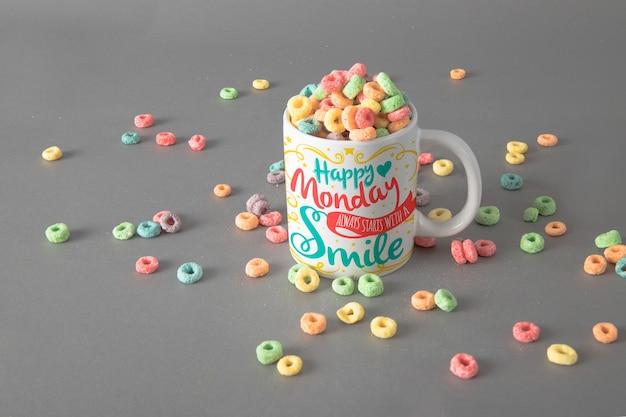 Mockup de taza con cereales coloridos PSD gratuito