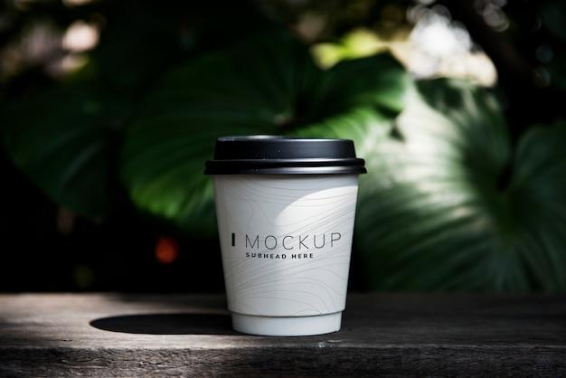 Mockup tazza di caffè sul tavolo Psd Premium