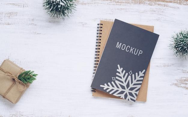 Mockup van boekomslag met doos van de gift van kerstmis Premium Psd