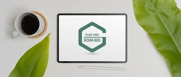 Mockup van digitale tablet met styluspen en koffiekopje Premium Psd