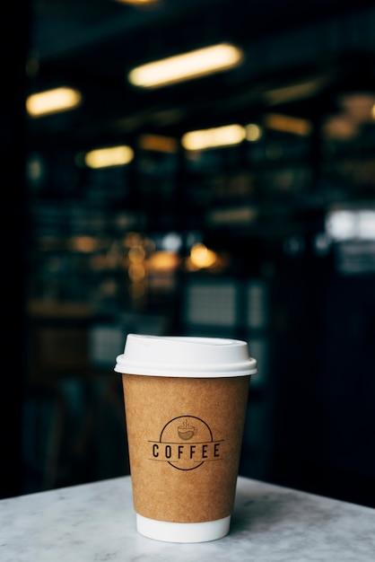 Mockup van een kopje koffie met afhaalmaaltijden Gratis Psd