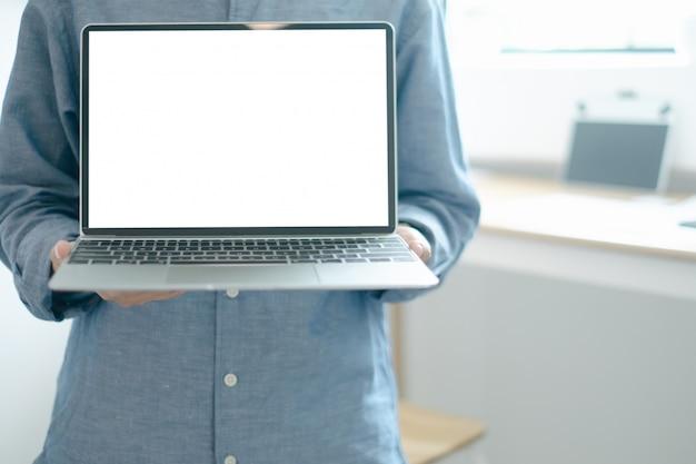 Mockup van ingenieurs met laptop design building project in office Premium Psd