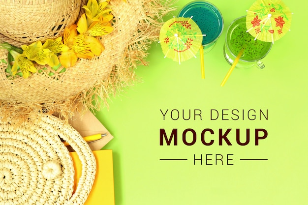 Mockupbanner met strohoed, tas en cocktails Premium Psd