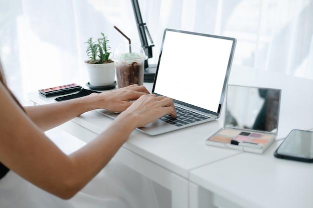Model van de mooie creditcard die van de vrouwenholding in het winkelen van website online genieten met smartphone en laptop Premium Psd