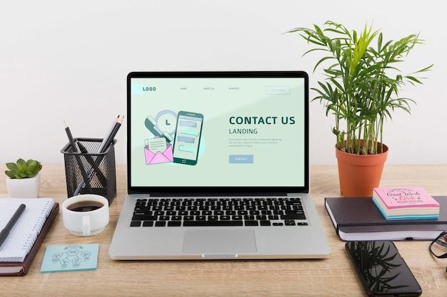 Model voor digitale marketing met laptop Gratis Psd