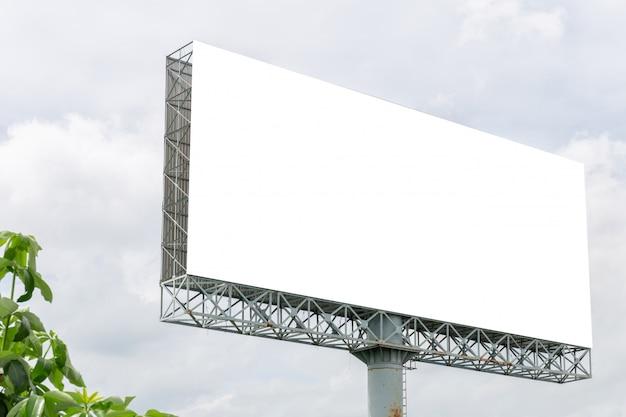 Modelbeeld van de lege affiches van het aanplakbord witte scherm met witte wolkenhemel voor reclame Premium Psd