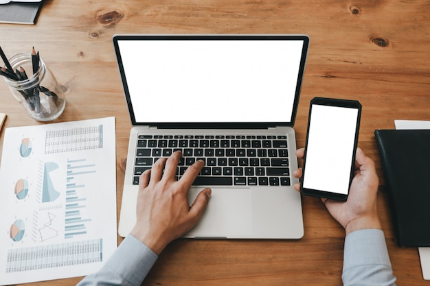 Modelbeeld van dichte omhooggaande bedrijfsvrouw die met smartphonelaptop en documenten werken in bureau, modelconcept Premium Psd