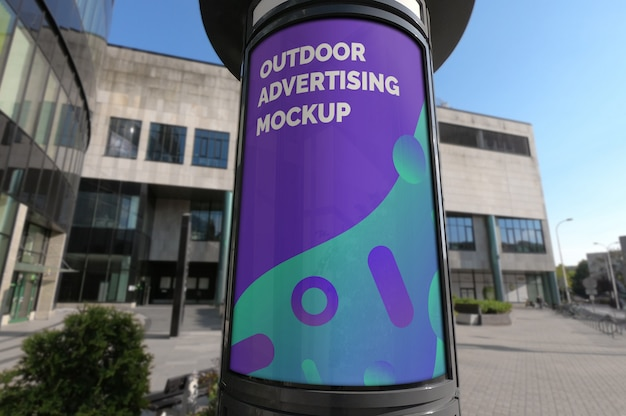 Modello della cabina di pubblicità verticale all'aperto sul marciapiede della città Psd Premium