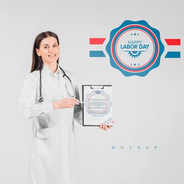 Modello della lavagna per appunti della tenuta dell'uomo di medico per la festa del lavoro Psd Gratuite