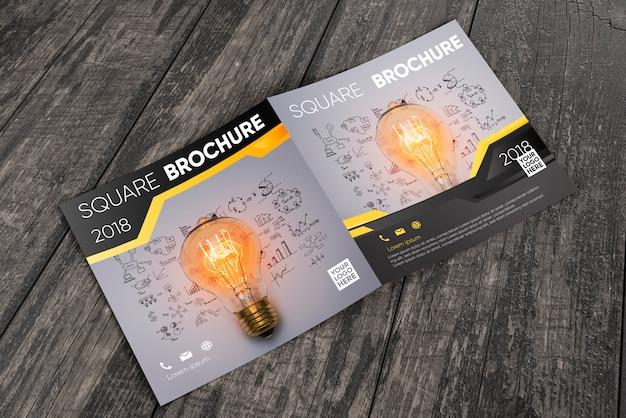 Modello di brochure quadrato sulla superficie in legno Psd Gratuite