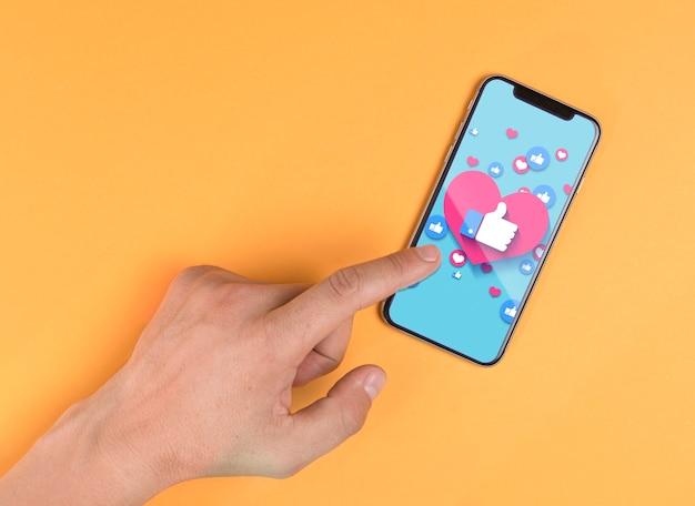 Modello di smartphone della holding dell'uomo del primo piano Psd Gratuite