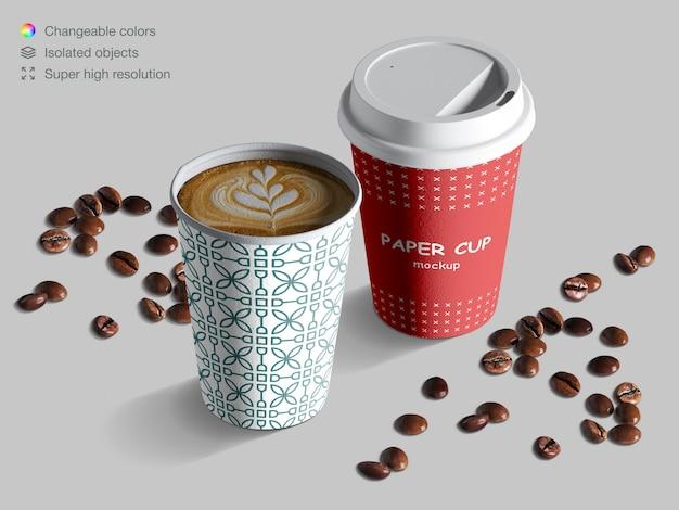 Modello realistico di tazze di carta isometrica con chicchi di caffè Psd Premium