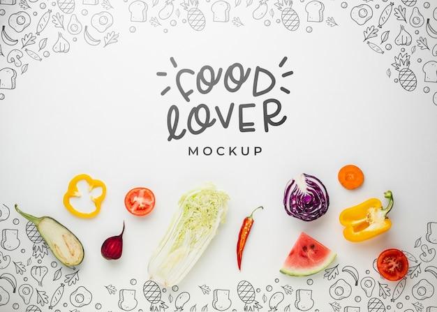 Modelo de amante de la comida con verduras y frutas PSD gratuito