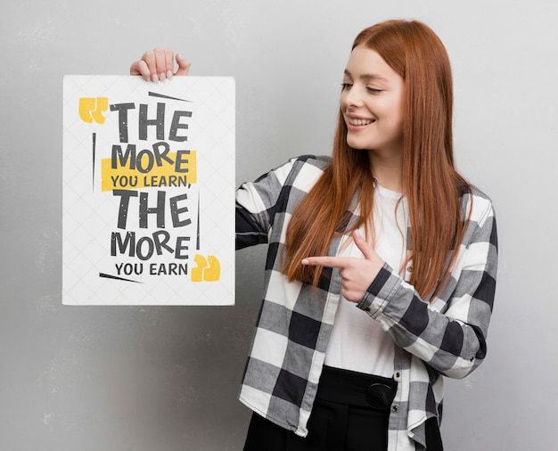 Moderne vrouw die op model richt Gratis Psd