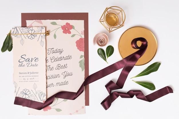 Mooi model met trouwkaarten Gratis Psd