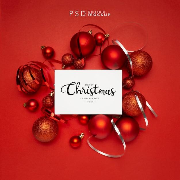 Mooie compositie van rode kerstballen op rood Gratis Psd