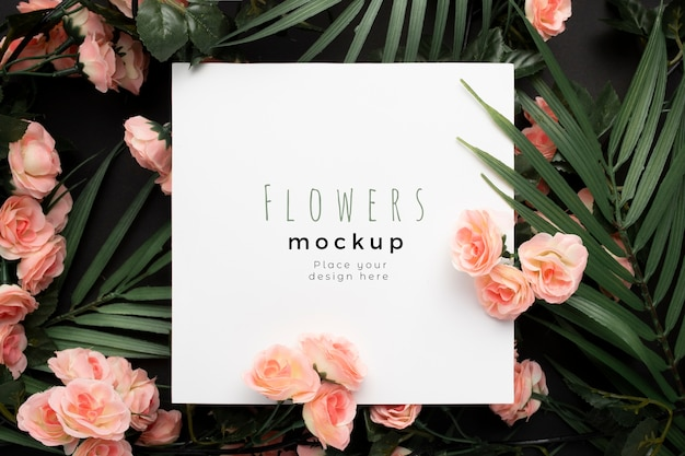 Mooie mockup sjabloon met palmbladeren met roze bloemen achtergrond Gratis Psd