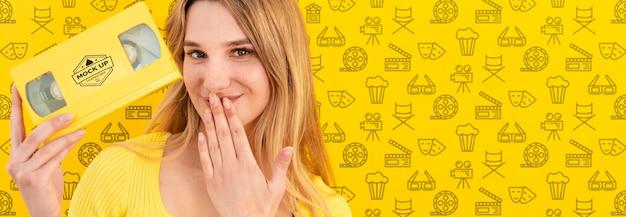 Mooie vrouw met geel conceptenmodel Gratis Psd