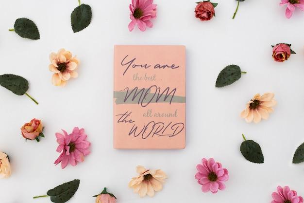 Mother's day mockup notitieboekje met rozen Gratis Psd