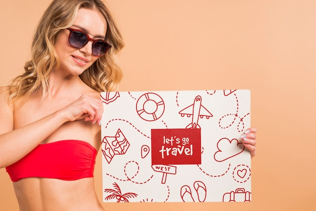 Mujer atractiva en bikini presentando mockup de cover PSD gratuito
