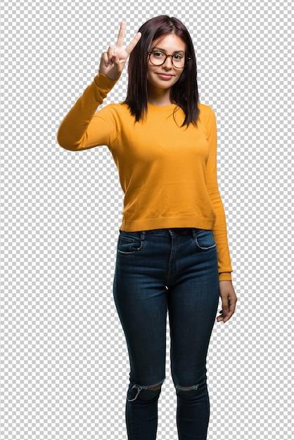 Mujer bonita joven que muestra el número dos, símbolo de contar, concepto de matemáticas PSD Premium