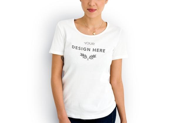 Mujer con camiseta blanca de espacio de diseño de maqueta PSD Premium