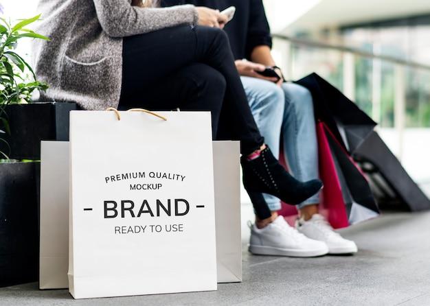 La mujer disfruta de concepto de compras PSD Premium
