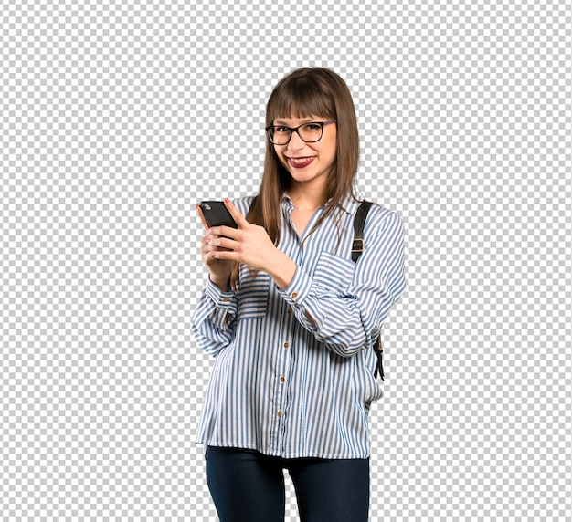 Mujer con gafas enviando un mensaje con el móvil. PSD Premium