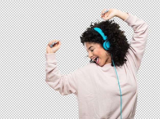 Mujer joven bailando y escuchando música. PSD Premium