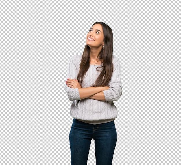 Mujer morena hispánica joven que mira para arriba mientras que sonríe PSD Premium