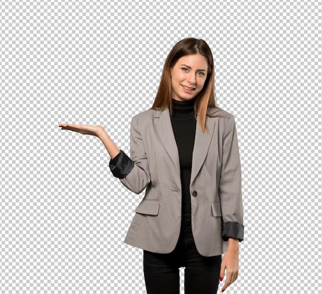 Mujer de negocios con copyspace imaginario en la palma para insertar un anuncio PSD Premium