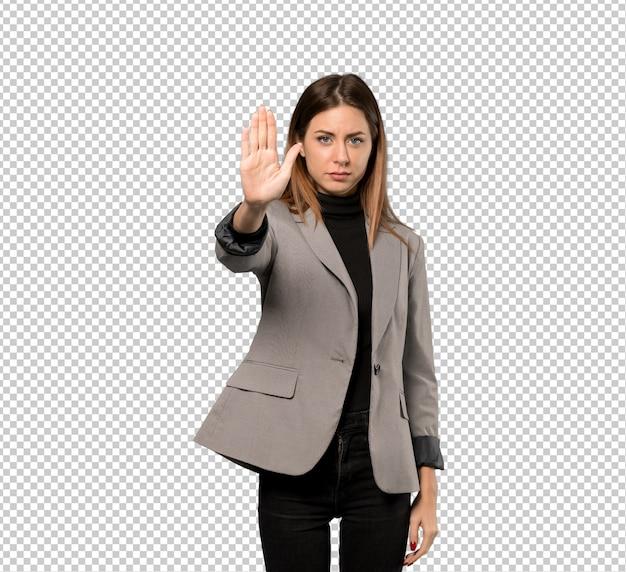 Mujer de negocios haciendo gesto de parada negando una situación que piensa mal PSD Premium