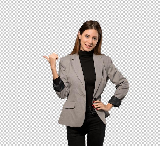 Mujer de negocios que apunta al lado para presentar un producto. PSD Premium
