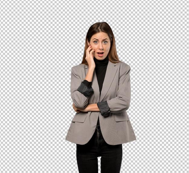 Mujer de negocios sorprendida y sorprendida mientras mira a la derecha PSD Premium