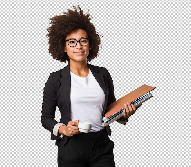 Mujer negra de negocios sosteniendo una taza de café y archivos PSD Premium