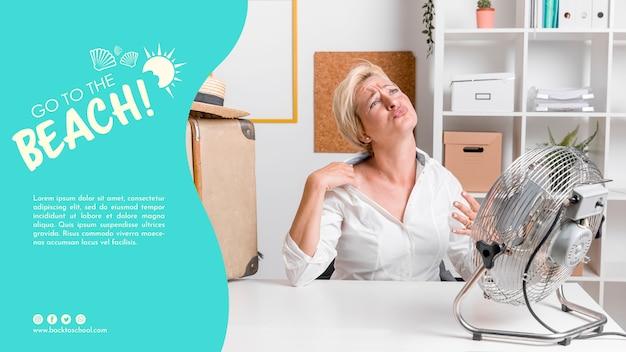 Mujer en plantilla de calor de verano PSD gratuito